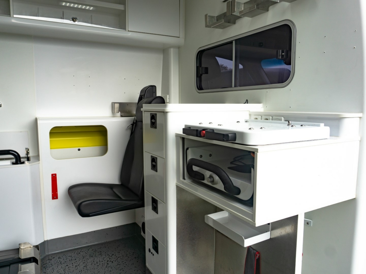 Mercedes-Benz Sprinter 319 CDI Ambulance (2016) - Inside